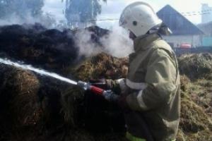 Сутки понадобились, чтобы потушить горящее сено в селе Позариха, что под Каменском-Уральским