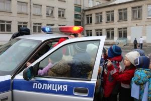 Накануне каникул сотрудники ГИБДД Каменска-Уральского отправились в профилактический тур по школам города