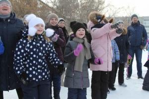 Жители Каменска-Уральского продолжают обживать сквер Тимирязевский. На этот раз устроили масленичные гуляния