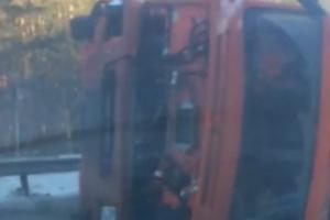 По дороге в Каменск-Уральский в ДТП попал КАМАЗ, груженный металлическими опилками. Видеоподробности аварии