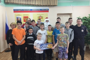 В Каменске-Уральском полицейский Дед Мороз посетил воспитанников социально-реабилитационного центра для несовершеннолетних