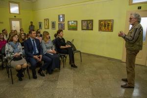 В детскую художественную школу №2 Каменска-Уральского на грант благотворительного фонда «Синара» приобрели уникальную систему для размещения картин
