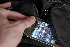 В Каменске-Уральском безработный украл телефон у 25-летней девушки