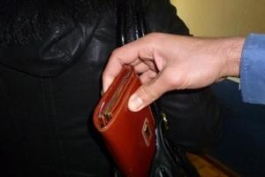 29-летний житель Каменска-Уральского обворовал посетительницу супермаркета