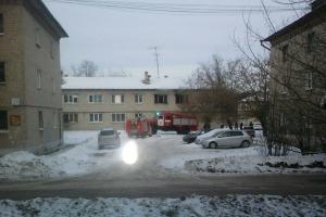 Шесть человек, в том числе двоих детей, пришлось сегодня из-за пожара эвакуировать утром в Каменске-Уральском на улице Пугачева