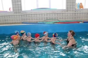 В бассейне детского сада №98 «Дельфин» Каменска-Уральского состоялся мастер-класс «Адаптация к условиям бассейна» для мам и малышей раннего возраста