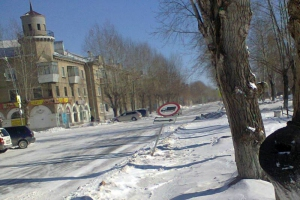 Ветер сгибал сегодня в Каменске-Уральском даже дорожные знаки. Фотоподробности ЧП