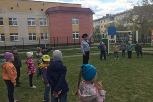 Полицейские в Каменске-Уральском организовали зарядку для детей, а сотрудники ГИБДД флешмоб