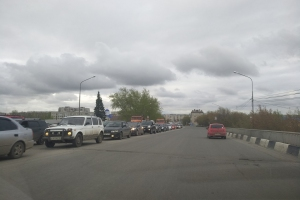 Из-за ДТП с четырьмя машинами сегодня утром образовалась огромная пробка на путепроводе на улице Пушкина в Каменске-Уральском