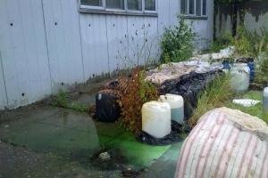 В Каменске-Уральском на протяжении года не могут решить проблему с 20 канистрами с кислотой, которые оставлены на берегу реки Исеть