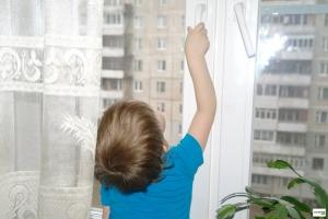 В связи с наступлением тепла следователи призывают жителей Каменска-Уральского внимательней следить за маленькими детьми