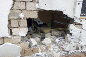 Под Каменском-Уральским обворовали гаражи, проломив его стену