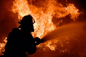 Вчера вечером под Каменском-Уральским горел двухэтажный дом, надворные постройки и баня