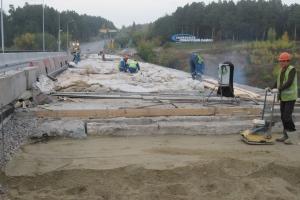 Ремонт Байновского моста в Каменске-Уральского: вновь уложенный бетон на второй половине моста набирает прочность
