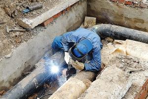 Глава района ежедневно лично проверяет ход ремонта сетей теплоснабжения в поселка Мартюш, что под Каменском-Уральским
