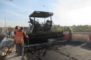 В понедельник успешно началась укладка нижнего слоя асфальта на второй части Байновского моста в Каменске-Уральском