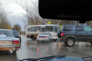 В Каменске-Уральском 18 октября утром столкнулись служебный автобус и легковушка