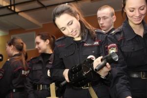 Старшеклассников Каменска-Уральского зовут учиться в вузах МВД России. Но перед этим еще предлагают побывать на экскурсии в полиции