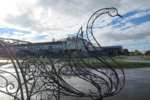 В городском парке Каменска-Уральского началась установка стальных лебедей, которые станут частью Аллей любви
