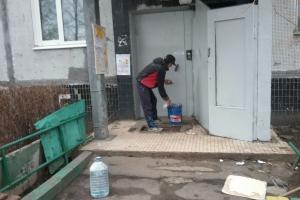 К новому году вымоют тамбурные двери подъездов многоквартирных домов в Каменске-Уральском