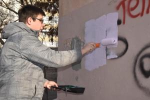 В Каменске-Уральском продолжается борьба с «рекламой» наркодилеров на фасадах домов