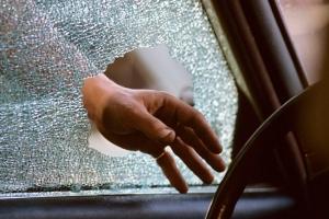 В Каменске-Уральском два бывших зэка взломали машину у пенсионера и набрали «трофеев» на 12 тысяч рублей