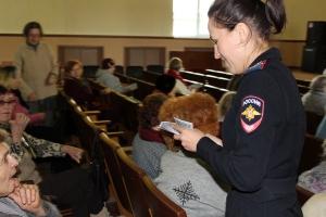 Урок правовой грамотности для пенсионеров провели полицейские в Каменске-Уральском