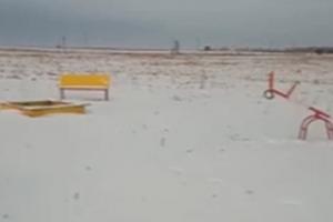 Под Каменском-Уральским детскую площадку установили в чистом поле