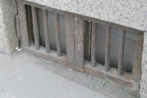 В Каменске-Уральском воры пошли на кражу решеток на продухах подвалов