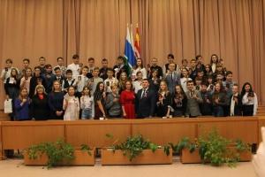 53 подростка Каменска-Уральского 12 декабря получили из рук главы города паспорт Российской Федерации
