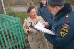Чтобы напомнить жителям о пожарной безопасности, сотрудники противопожарной службы Каменска-Уральского провели рейды в жилом секторе
