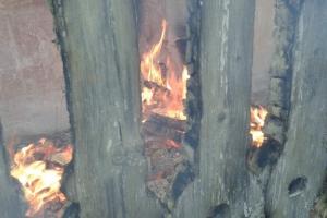 Вчера в поселке Силикатный в Каменске-Уральском горел мусор в заброшенном доме